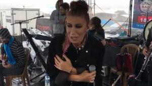 İrem Dereci Ovit'te yaz günü soğuktan titreyerek konser verdi