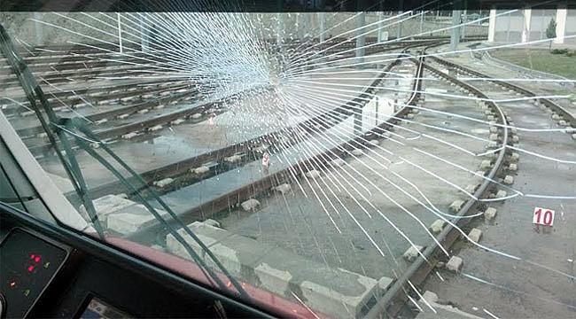 Tramvaya taşlı kartopu atıldı faciadan dönüldü