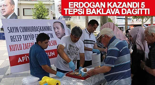 Cumhurbaşkanı Erdoğan kazandı baklavaları dağıttı