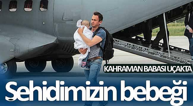 Önce şehidin bebeği ardından babası uçaktan indi