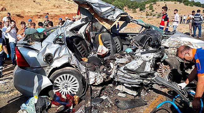 8 ölü otomobil kamyonet çarpıştı